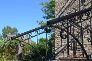 Кованые перила для лестницы, как часть входной группы